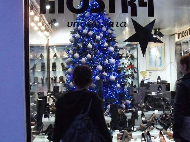 Blauer Weihnachtsbaum im Schuhgeschäft 001